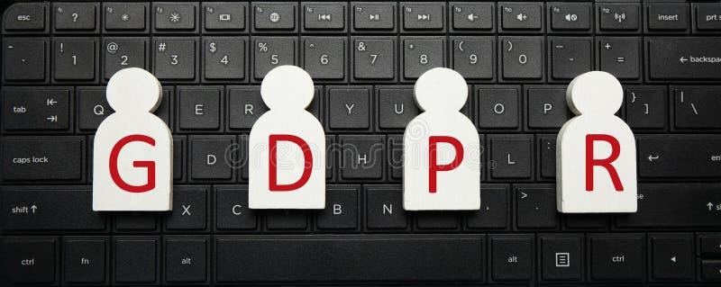Białe postacie ludzie na komputerowej klawiaturze GDPR i inskrypcji Og?lnych dane ochrony przepis obraz stock