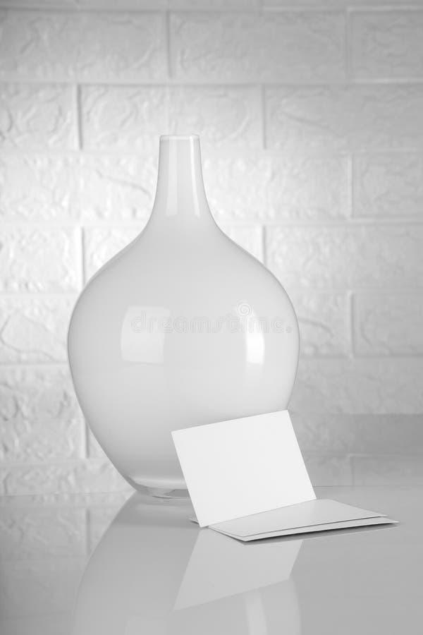 Białe Puste wizytówki z kwiat wazą obraz stock