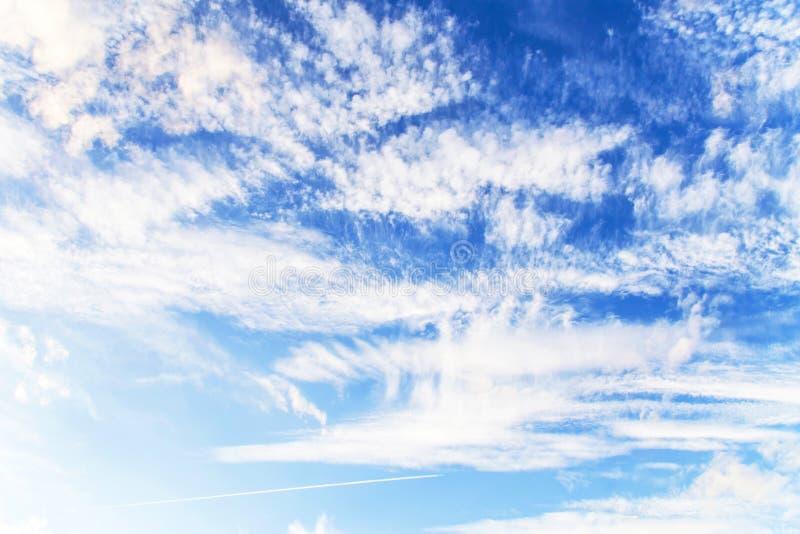 Białe puszyste chmury przeciw jaskrawemu niebieskiemu niebu abstrakcyjny tło zdjęcia royalty free