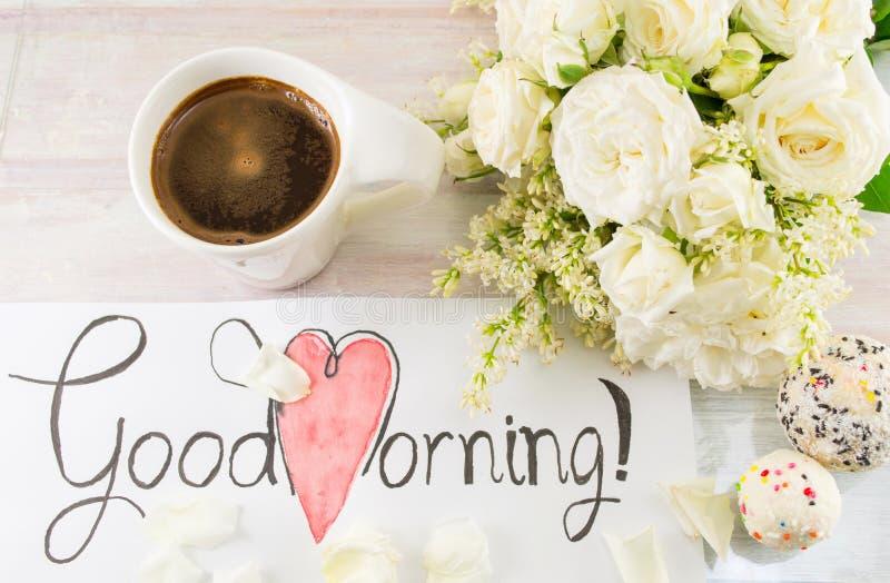 Białe róże, kawa i dzień dobry notatka, zdjęcie stock