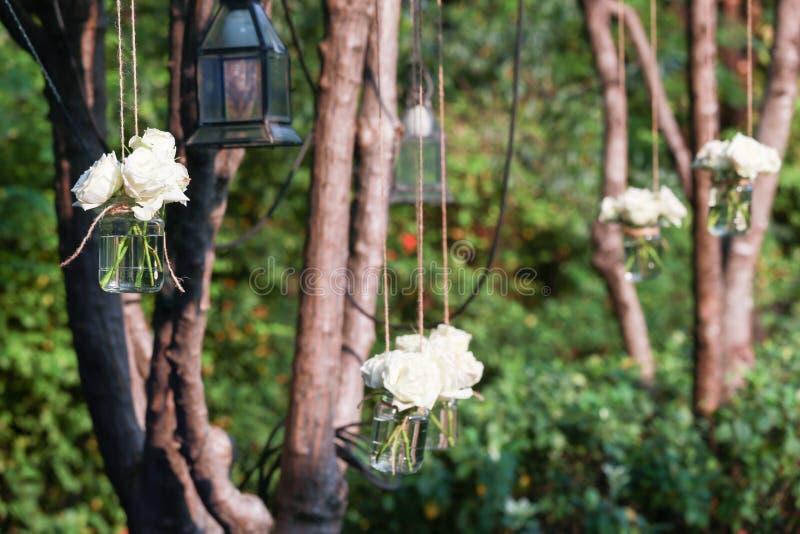 Białe róże w szklanej wazie fotografia stock