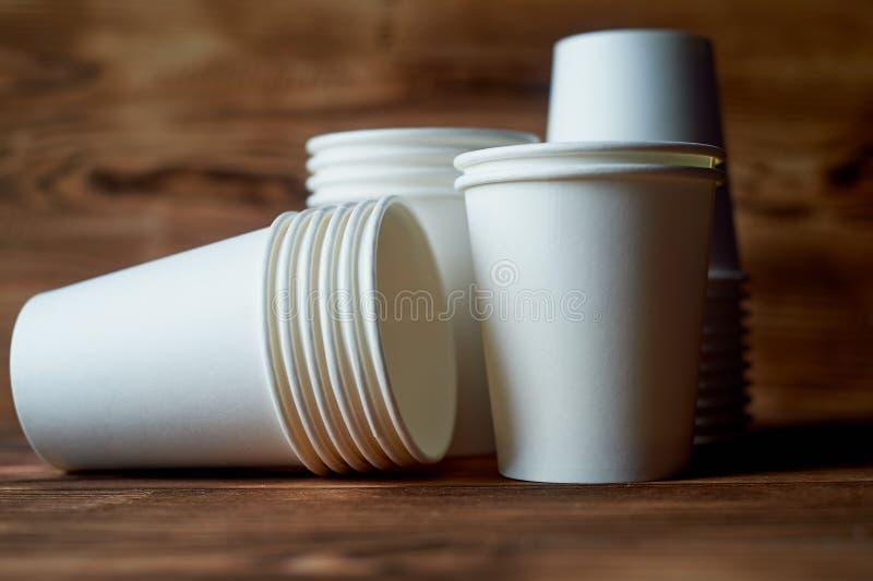 Białe rozporządzalne papierowe filiżanki dla kawy i herbaty Dużo fotografia royalty free