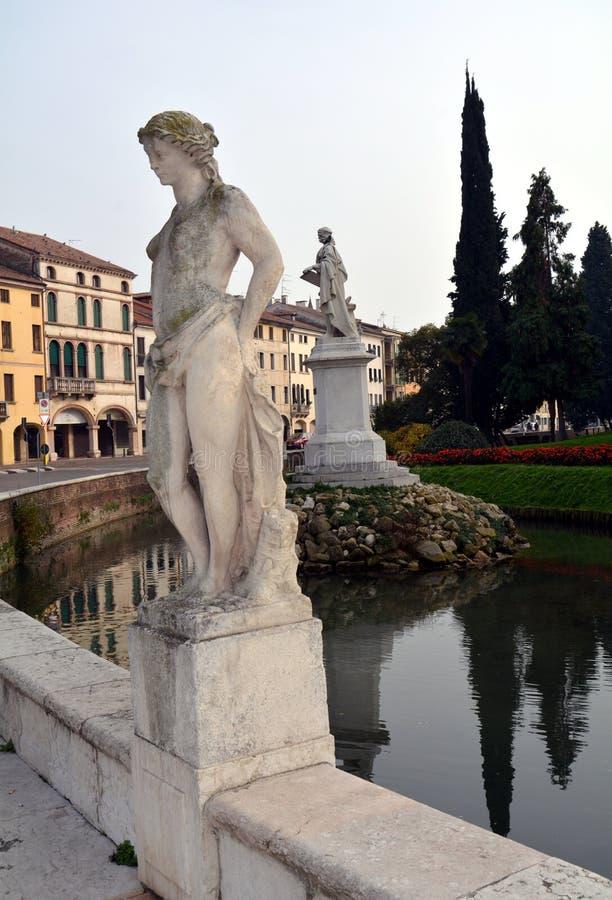 Białe stare marmurowe statuy, buduje w Castelfranco Veneto w Włochy, fotografia stock
