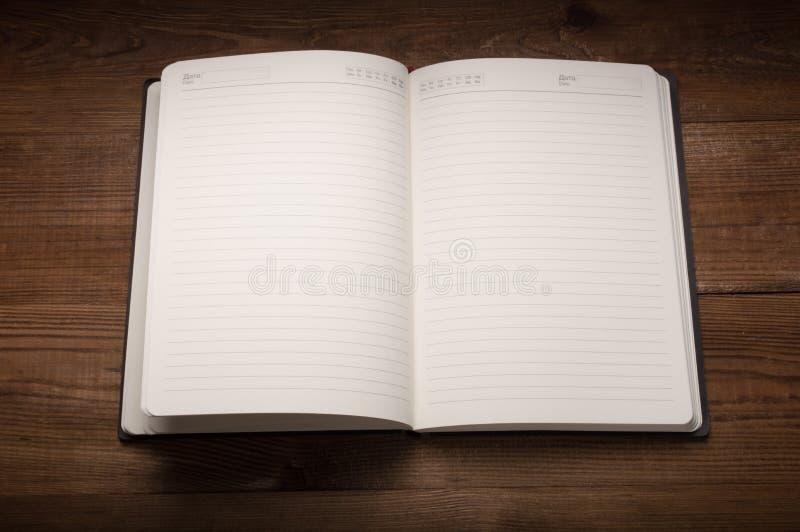 Białe strony notepad na drewnianym stole obrazy royalty free