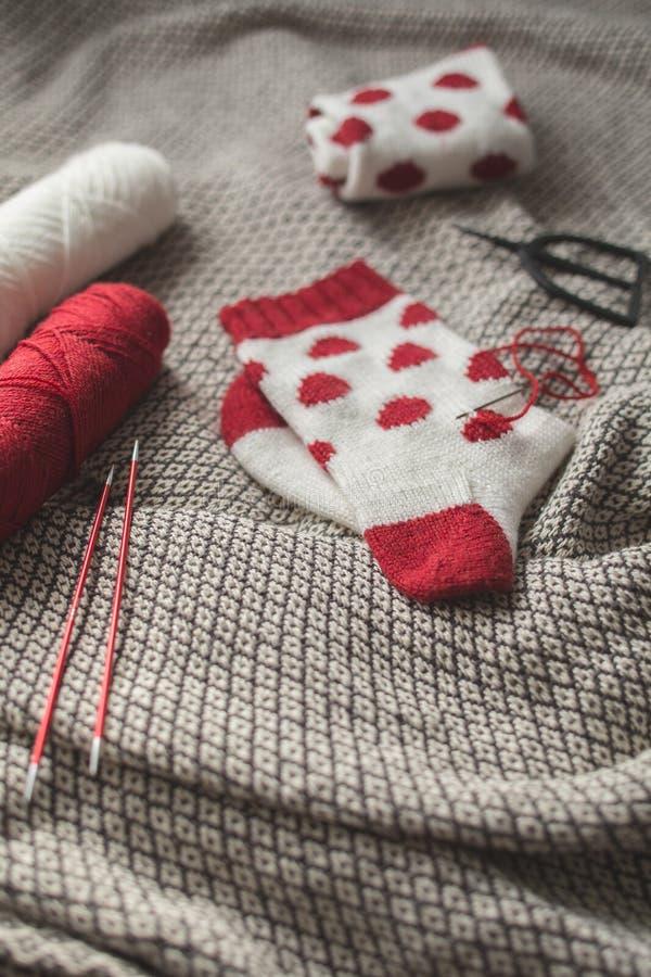 Białe trykotowe skarpety z czerwonymi kropkami, handmade skarpety obraz royalty free