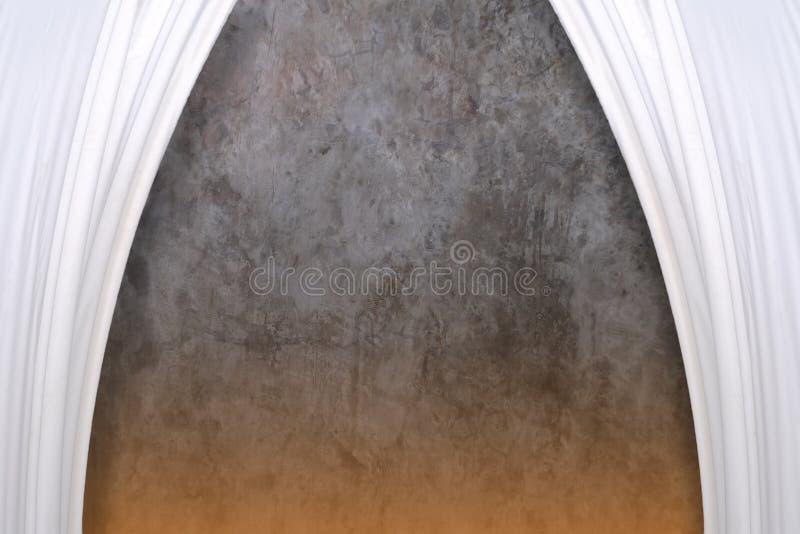 Białe zasłony na cementują ścianę obrazy stock