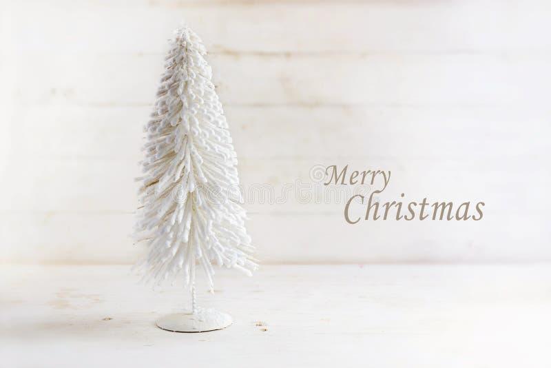 Białego Bożego Narodzenia drzewo robić gromadzący się drut na nieociosanej białej farbie fotografia stock