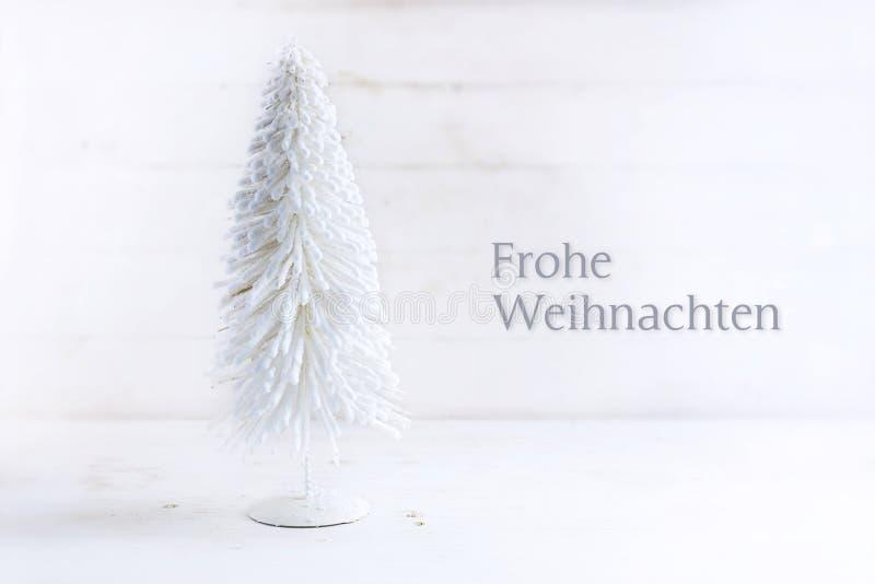 Białego Bożego Narodzenia drzewo robić gromadzący się drut na nieociosanej białej farbie obraz stock