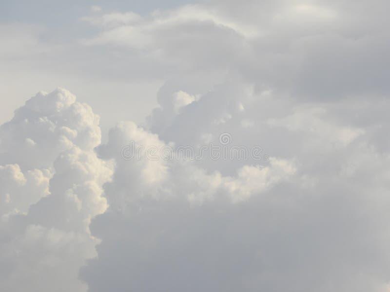 Białego cumulusu puszyste chmury w niebie zdjęcia stock