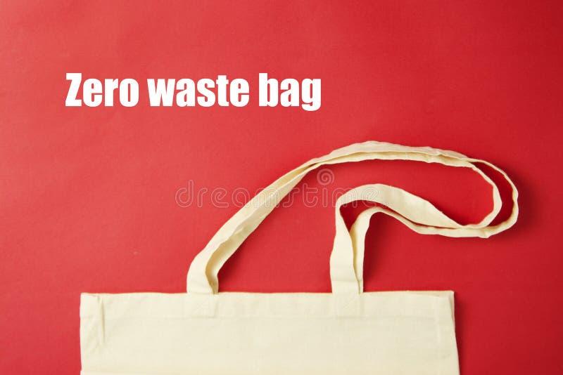 Białego dużego ciężaru brezentowa tkanina, eco torby zakupy sukienny worek na colrful czerwonym tle Zero jałowy pojęcie Żadny pla royalty ilustracja