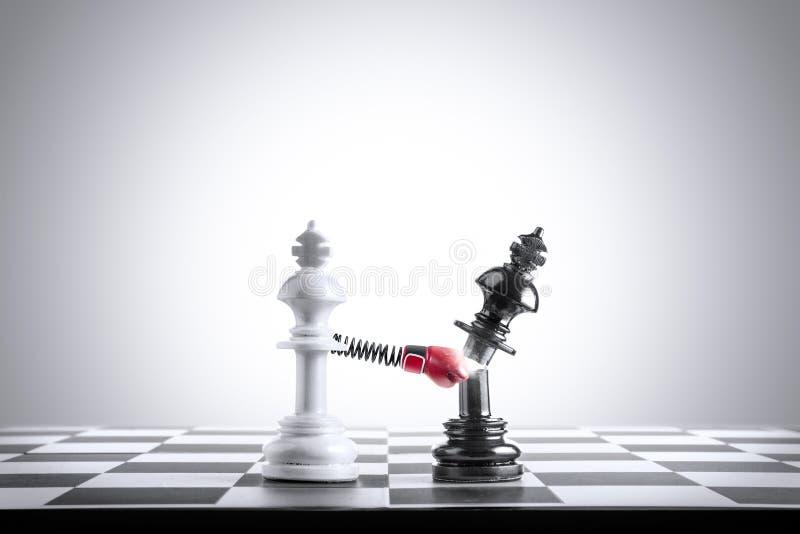 Białego królewiątko szachowego kawałka porażki czerni królewiątka szachowy kawałek obraz royalty free