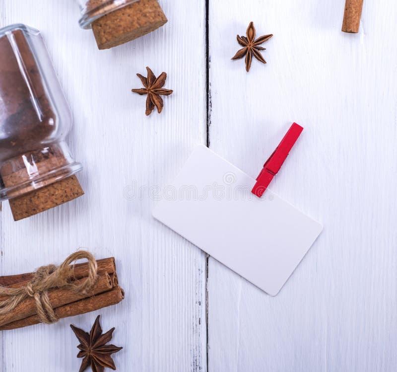 Białego papieru etykietka na czerwonym clothespin zdjęcia stock