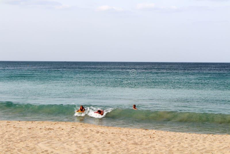 Białego piaska plażowy i spokojny morze holender zatoka w Trincomalee obrazy stock