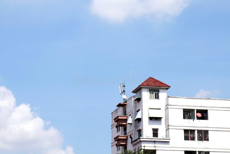Białego starego mieszkania tajlandzki styl, kondominium, zakwaterowanie na nieba błękita tła widoku w Thailand zdjęcia stock