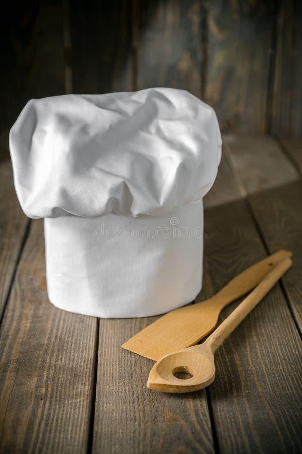 Białego szefa kuchni kapeluszowi i kuchenni naczynia fotografia royalty free