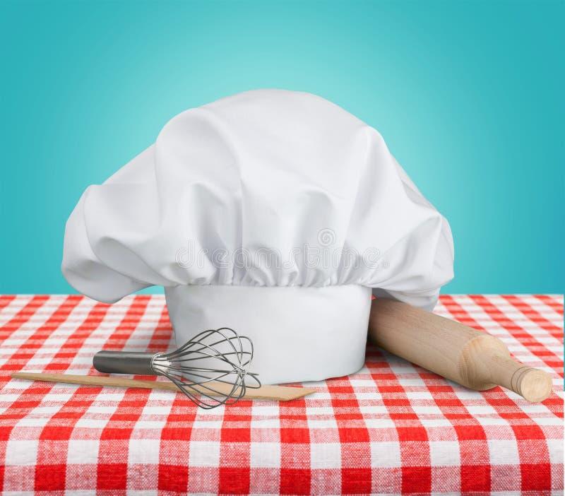 Białego szefa kuchni kapeluszowi i kuchenni naczynia zdjęcie royalty free