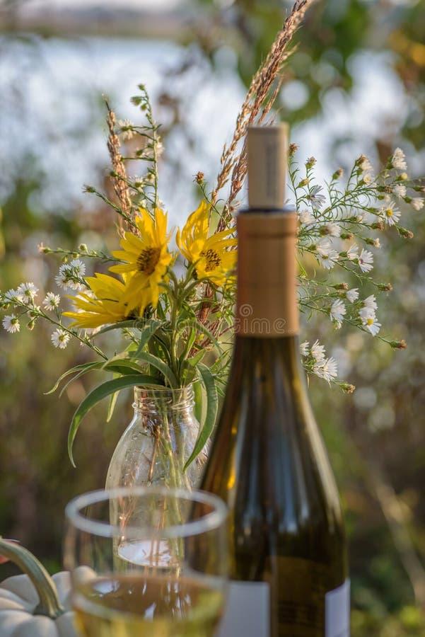 Białego wina i wildflower bukiet w spadku fotografia royalty free
