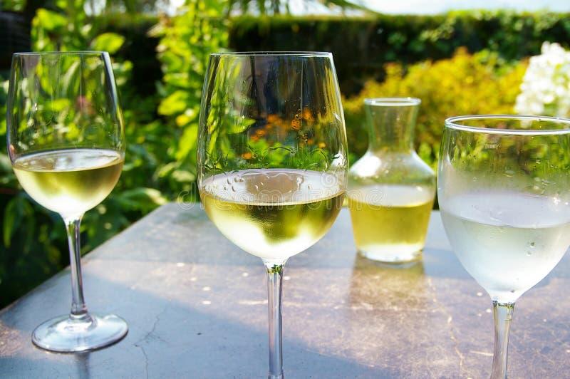 Białego wina ogródu kawiarnia zdjęcie royalty free