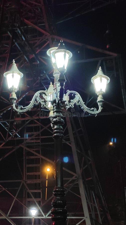 Białej błyskawicy lampion w nocy obraz stock