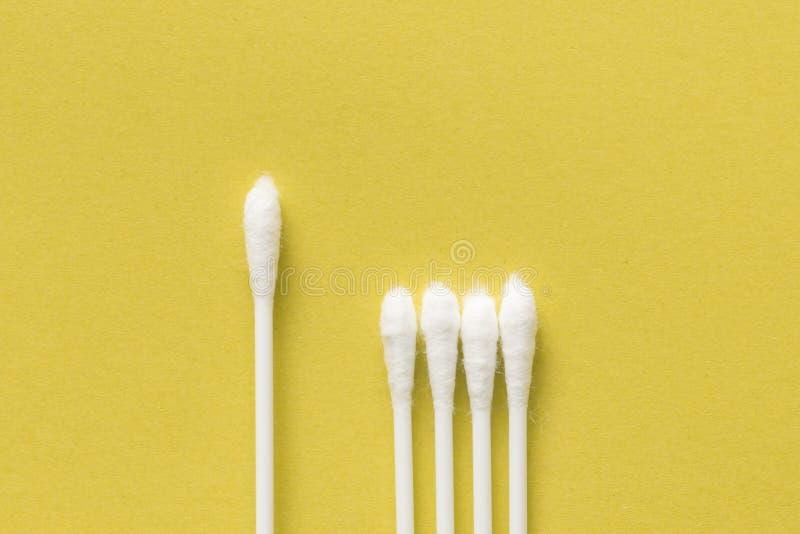 Białej bawełny pączkowy lub bawełniany mop na żółtym tle obrazy stock