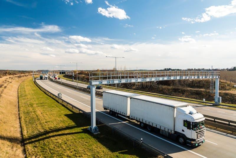 Białej ciężarówki opłaty drogowa przelotna brama na Praga obwodzie, republika czech fotografia stock