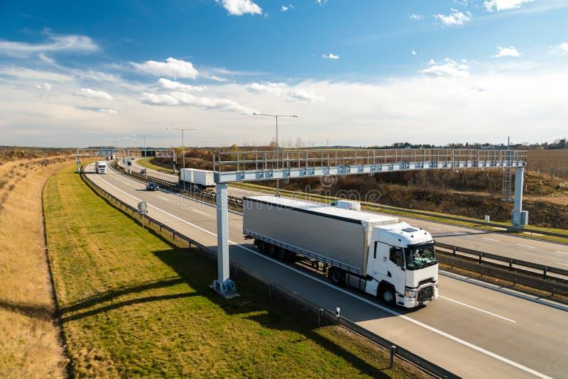 Białej ciężarówki opłaty drogowa przelotna brama na Praga obwodzie, republika czech fotografia royalty free