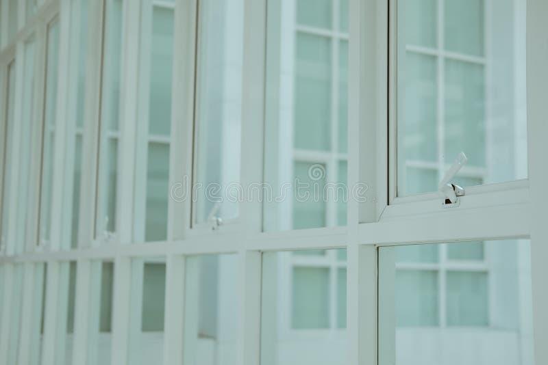 Białej markizy pchnięcia biura aluminiowy okno zdjęcie stock