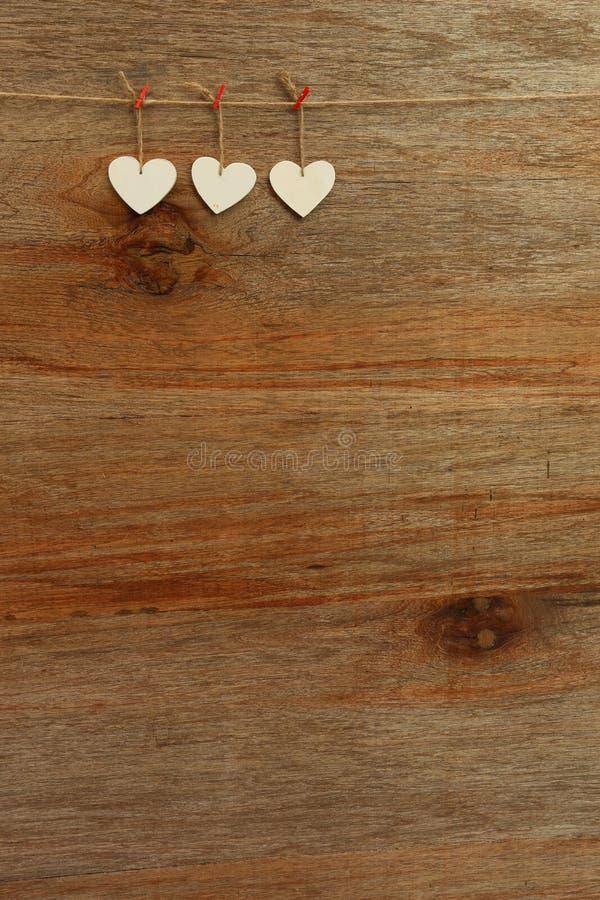 Białej miłości walentynki serca wiesza na drewnianym tekstury backgrou obraz royalty free