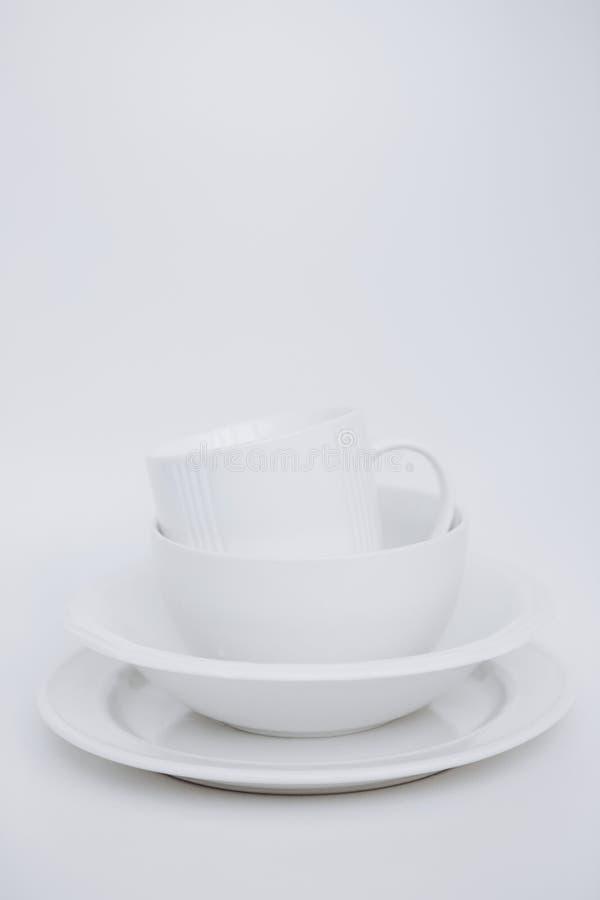 Białej naczyń trzy talerzy filiżanki tła vertical biała rama obrazy stock