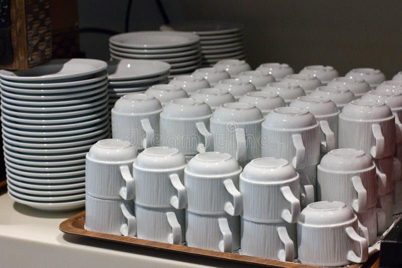 Białej porcelany herbaciane filiżanki brogować w stosach zdjęcie stock