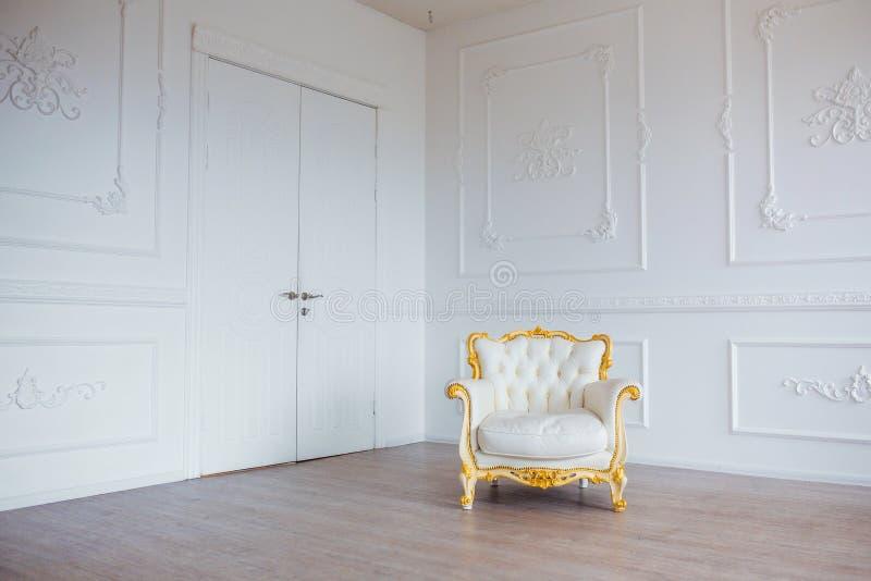 Białej skóry rocznika stylu krzesło w klasycznym wewnętrznym pokoju zdjęcia stock