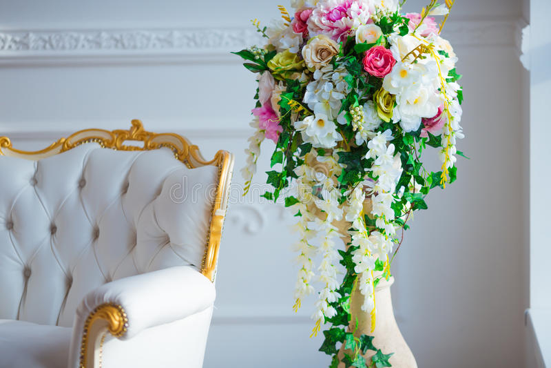 Białej skóry rocznika stylu krzesło w klasycznym wewnętrznym pokoju z dużą wiosną i okno kwitnie fotografia royalty free
