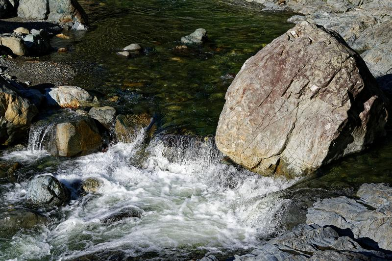 Białej wody opłata głaz zmienia rzeka przepływ fotografia stock