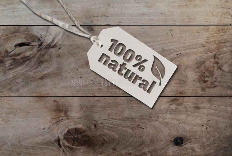 Białej zrozumienie etykietki kartonowa etykietka z sznurkiem dołączał tekst 100 procentów naturalnych na nieociosanym drewni zdjęcia stock