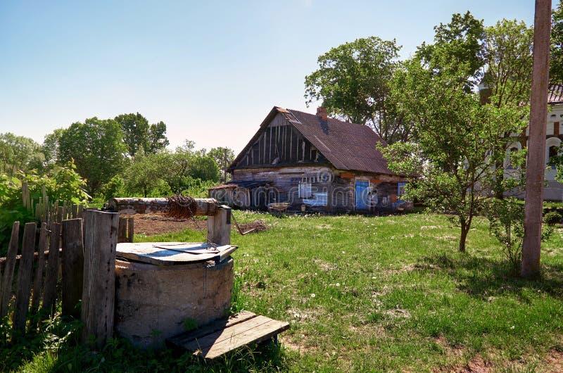 Białoruś Antyczny well blisko wioski drewnianej budy Maj 25, 2017 obrazy royalty free