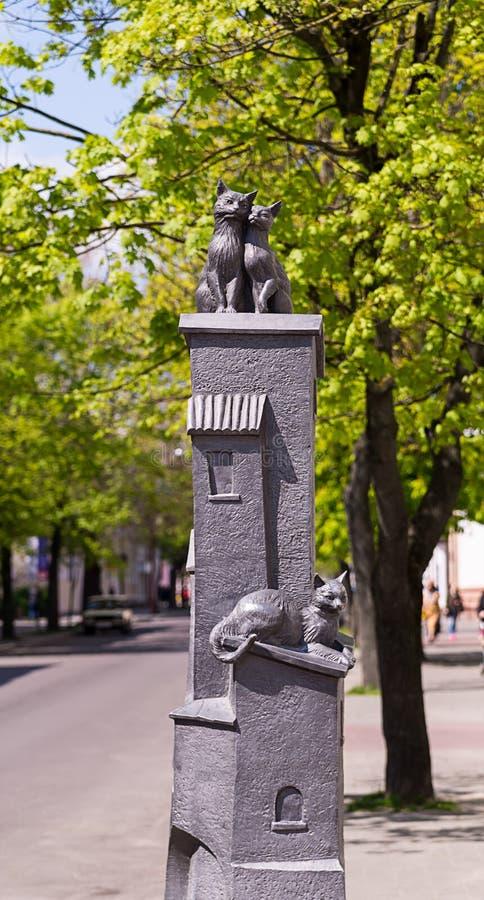 Białoruś Brest imię Stary Grodzki Maj 2016 - Rzeźbeni składu dwa koty na dachu domowy trzeci na kłamstwach below - obrazy royalty free