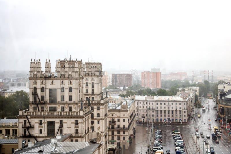 BIAŁORUŚ MINSK, LIPIEC, - 01, 2018: Góruje z zegarem na stacyjnym kwadracie obrazy stock
