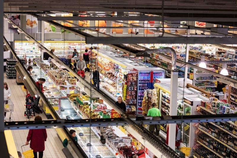 Białoruś Novopolotsk, Lipiec, - 10, 2019: Hall supermarketa odgórny widok fotografia stock
