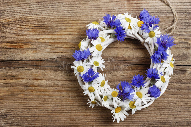 Biały łozinowy wianek dekorował z cornflowers i chamomiles zdjęcia royalty free