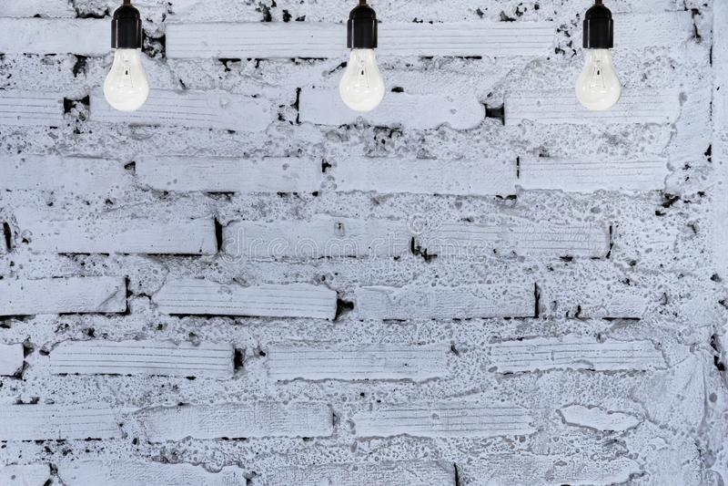 Biały ściana z cegieł, 3 żarówki zdjęcia stock