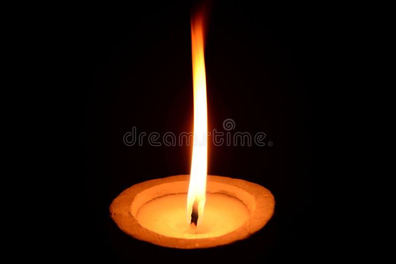 Biały świeczki palenie na czarnym tle zdjęcia stock