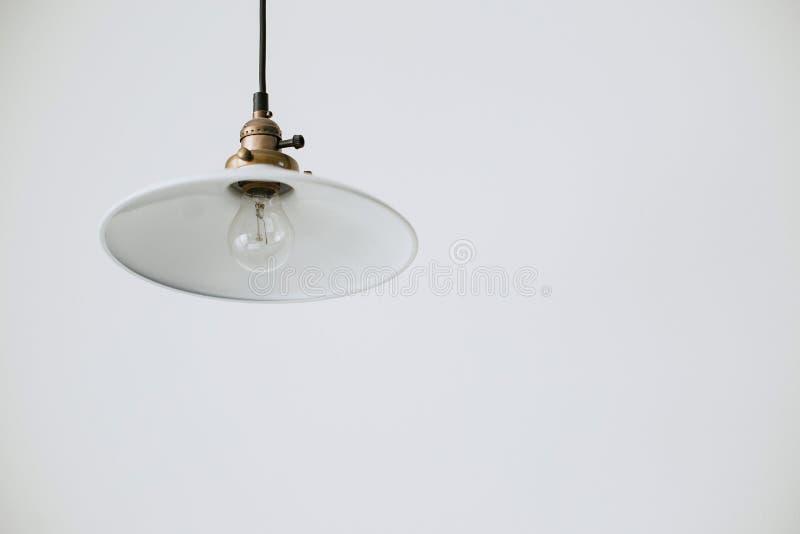 Biały świecznika plafon z żarówką na czarnym sznurze na białym tle obraz royalty free