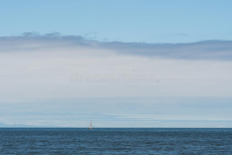 Biały żaglówki pływać statkiem milczka Salish morze, San Juan wyspy, niebieskie niebo z bielem chmurnieje w tle obrazy stock