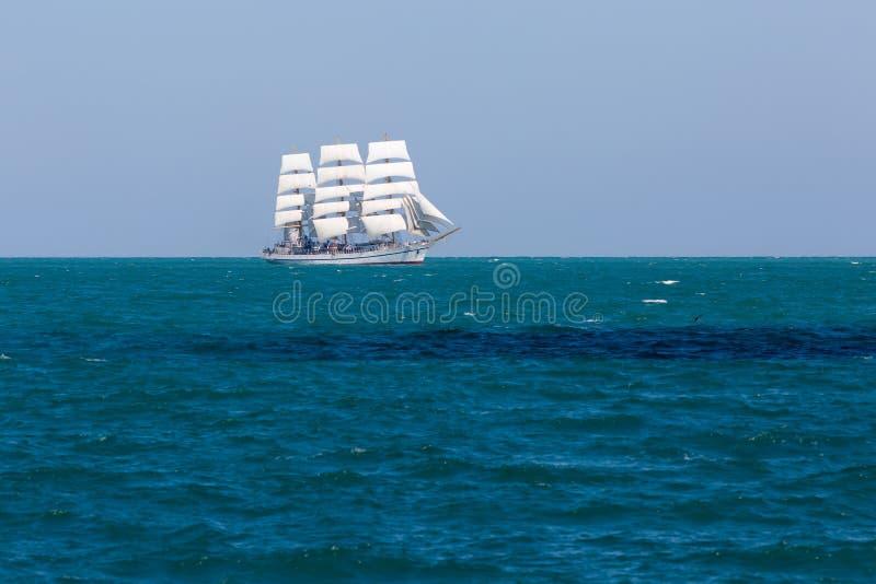 Biały żeglowania naczynie unosi się w Czarnym morzu obraz royalty free