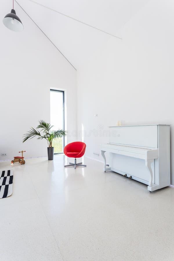 Biały żywy pokój z pianinem zdjęcia royalty free