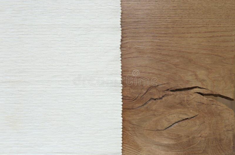 Biały aksamitny materiał od lewa strona drewnianego stołu fotografia stock