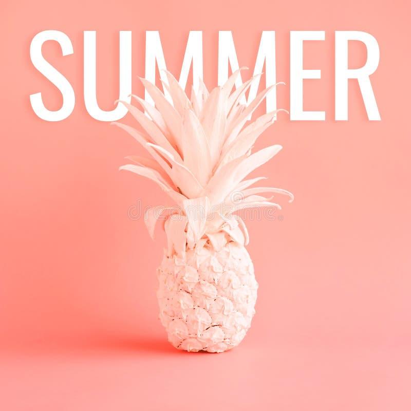 Biały ananas na różowym pastelowego koloru tle obrazy stock