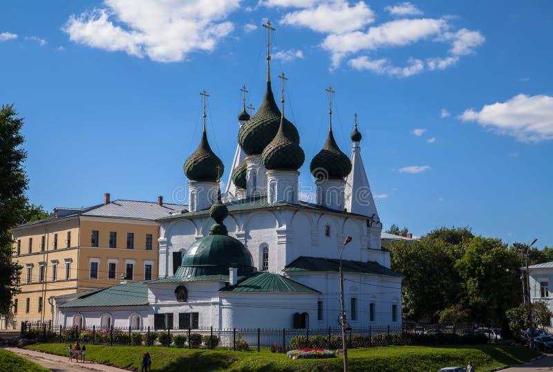Biały antyczny kościół z pięć kopuł zielonym cupola w Yaroslavl złotym pierścionku Rosja obraz stock