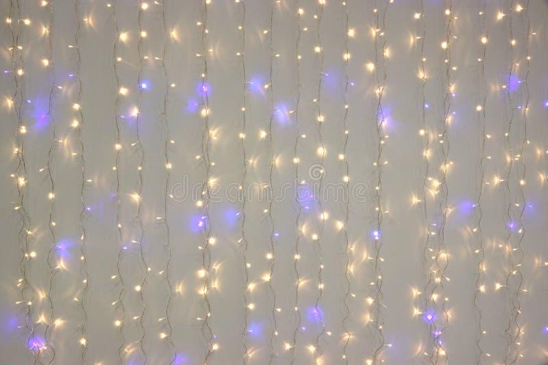 Biały Błękitny Dowodzony Neonowy girlandy obwieszenie Na Białej ścianie fotografia stock