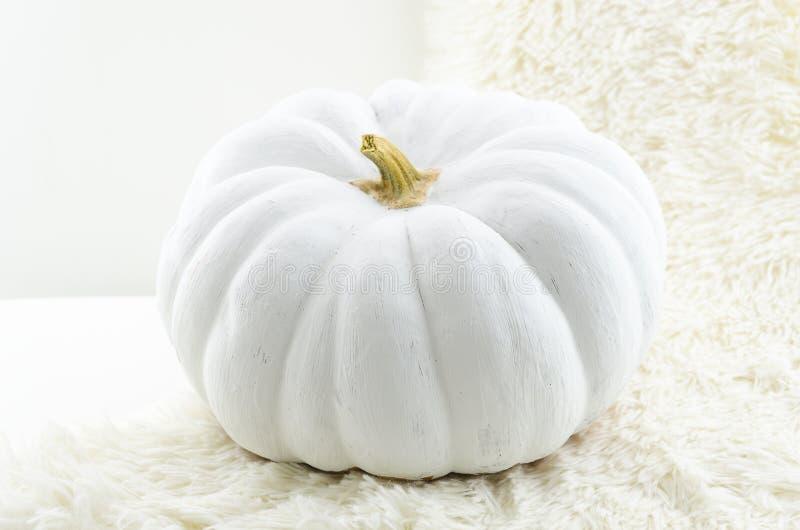 Biały bania Sztuki tło dla Halloweenowego pojęcia z miękką ostrością i płytką głębią pole skład, Ręka zdjęcie royalty free